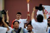 图文:奥运圣火在北京传递 火炬手姚明手持火炬