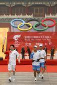 图文:奥运圣火在北京传递 杨利伟手持火炬