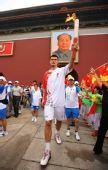 图文:奥运圣火在北京传递 姚明手持火炬