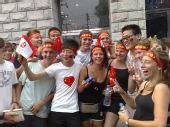 图文:外国留学生手举旗帜为北京奥运加油助威