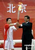 图文:奥运火炬北京传递 杨利伟首棒