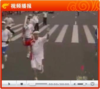 视频:央视新闻主播步伐矫健 罗京首都传递祥云