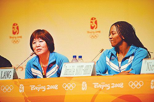 8月5日,美国女排主教练郎平(左)在新闻发布会上回答记者提问。当日,美国女排在北京奥运会主新闻中心举行新闻发布会,美国女排主教练郎平成为媒体关注的焦点。 新华社记者 李紫恒摄