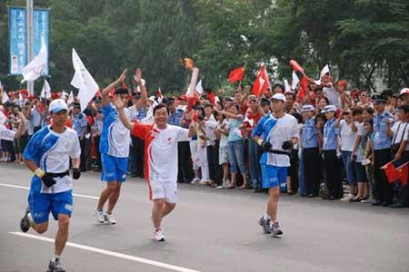 中国网通高级副总裁、中国网通奥运通信总指挥赵继东在秦皇岛传递奥运火炬。