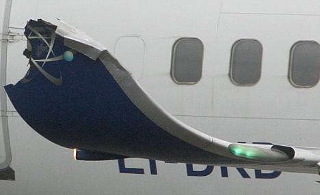 追尾事故使一架飞机的翼尖受损