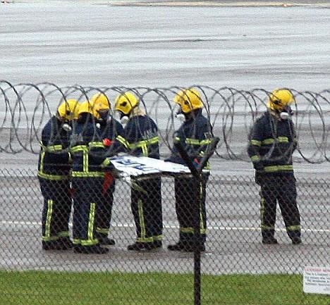 消防员发现一架飞机的受损翼尖