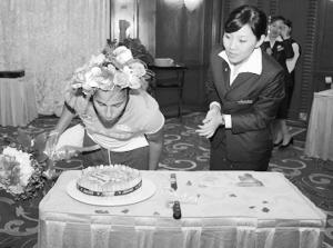在鲜花、蛋糕、祝福和鸡蛋中,法比亚娜在沈阳奥运村幸福地度过了自己的19岁生日。
