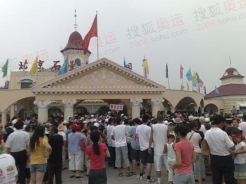 石景山正门等待入园的人群