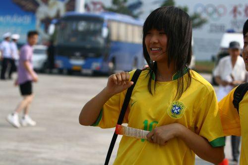 图文:沈阳万人空巷热捧奥足赛 巴西女球迷