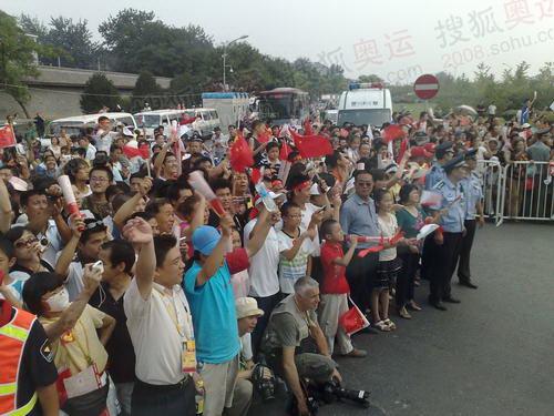 天桥附近密集的群众为火炬传递助威 (王慧报摄)