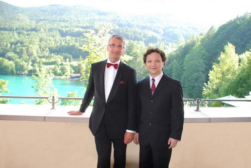 在福舍湖城堡的奥迪欢迎酒会上,奥迪管理董事会主席施泰德先生热情欢迎来自中国的大提琴家朱亦兵先生