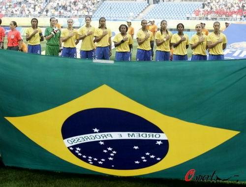 图文:女足预赛德国VS巴西 巴西队宣誓