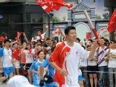 图文:奥运圣火在北京传递 王治郅在前门大街