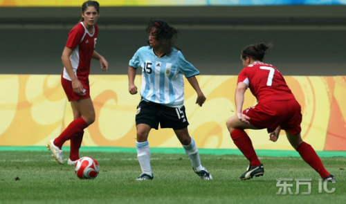 图文:加拿大1:0阿根廷 阿根廷球员从容拿球