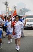 图文:奥运圣火在北京传递 火炬手刘彭芝