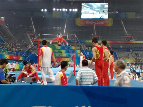 图文:中国体操队赛前训练 队员进行单杠练习