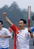 图文:奥运圣火在北京传递 王晓平手持火炬传递