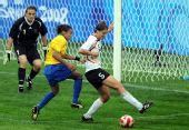 图文:德国0-0巴西 玛塔门前奋力拼抢