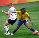 图文:德国0-0巴西 罗萨娜奋力拼抢