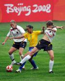 图文:德国0-0巴西 罗萨娜遭对手夹防