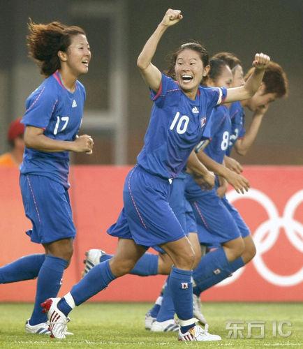 图文:日本VS新西兰 日本女足狂庆祝