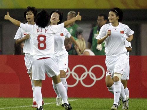 图文:[奥运会]中国女足VS瑞典 队友祝贺徐媛