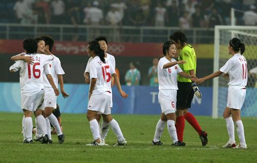 图文:[奥运会]中国女足2-1瑞典 队员庆祝