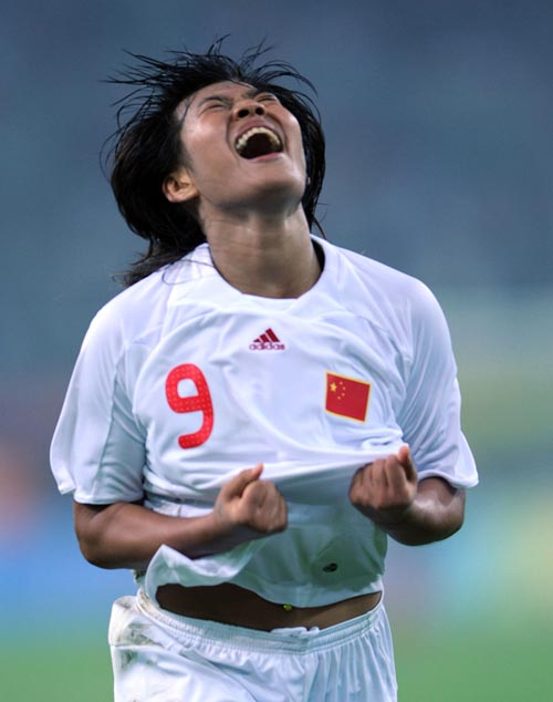 图文:[奥运会]中国女足2-1瑞典 韩端疯狂庆祝