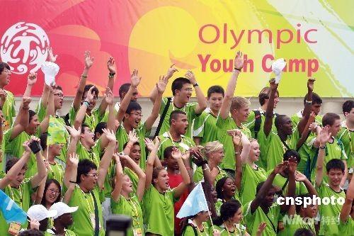 """8月6日,北京2008奥林匹克青年营在北京举行开营仪式,本届青年营主题口号""""青年创造未来""""。来自全球205个国家和地区的优秀青年代表参加了青年营,青年营首次邀请残疾人青年代表。北京2008奥林匹克青年营于2008年8月6日至17日在北京举行。 中新社发 盛佳鹏 摄"""