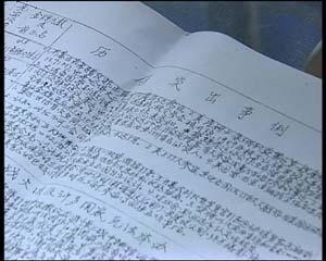 """上海癌症患者王汝霖并不知道8月能否如愿到北京看奥运,但曾经是大学教授的他还是觉得大家应该多学习奥运知识,王汝霖给记者拿出他交给癌症康复协会的一份""""奥运知识小简报"""",4页A3纸订成一册,蓝色的圆珠笔字迹,密密麻麻的文字,一个又一个铅笔画出的表格,写的全是关于奥林匹克运动的历史知识,这一笔一划都书写着他对奥运的渴望"""