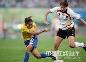 图文:奥运女足德国0-0巴西 玛塔在过人