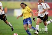图文:奥运女足德国0-0巴西 马塔带球中