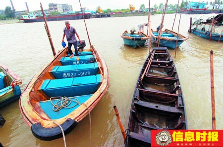广东全省13个相关市共4万多艘出海船只已回港避风。图为昨天下午台风登陆广东之前,很多渔船已停靠在南沙区万顷沙码头。摄影 时报记者 朱元斌 实习生 朱德文