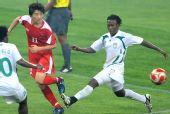 图文:朝鲜1-0尼日利亚 双人夹防