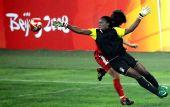 图文:朝鲜1-0尼日利亚 奋力扑救