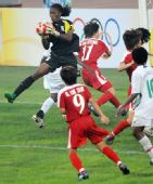图文:朝鲜1-0尼日利亚 德德在比赛中扑救