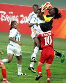 图文:朝鲜1-0尼日利亚 出击摘高球