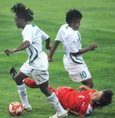 图文:朝鲜1-0尼日利亚 倒地拼抢