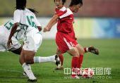 图文:女足朝鲜1-0尼日利亚 你争我夺互不相让