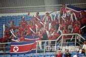 图文:女足朝鲜1-0尼日利亚 看台上的球迷欢呼