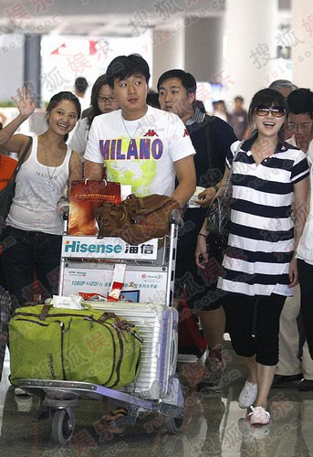 佟大为和大肚如箩的爱妻关悦出现在北京T3航站楼