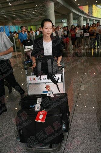 """从几大箱的行李来看,她做好了""""长期""""呆在北京的打算。"""