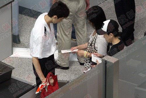 安检门前人人平等,名牌手袋也不能例外统统要检查