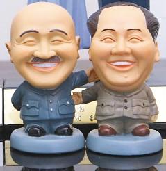 蒋介石与毛泽东欢笑言和版公仔。