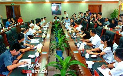 8月6日,湘潭市委书记彭宪法与网友一起座谈,就湘潭的发展和民生的有关话题进行沟通交流