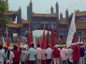图文:温都水城群众热火朝天 手持红旗迎圣火