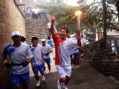 图文:奥运圣火在北京传递 火炬手党强手持火炬