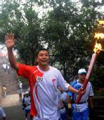 图文:奥运圣火在北京传递 火炬手党强