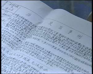 """图片02:上海癌症患者王汝霖并不知道8月能否如愿到北京看奥运,但曾经是大学教授的他还是觉得大家应该多学习奥运知识,王汝霖给记者拿出他交给癌症康复协会的一份""""奥运知识小简报"""",4页A3纸订成一册,蓝色的圆珠笔字迹,密密麻麻的文字,一个又一个铅笔画出的表格,写的全是关于奥林匹克运动的历史知识,这一笔一划都书写着他对奥运的渴望。"""