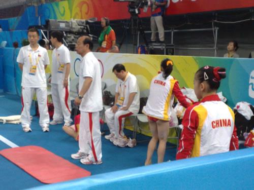 教练组在场边指导队员